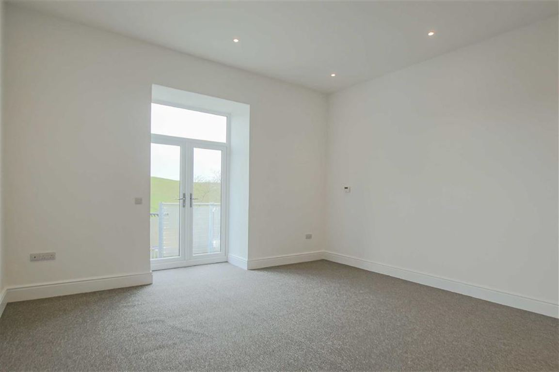 3 Bedroom Terraced House For Sale - Image 2