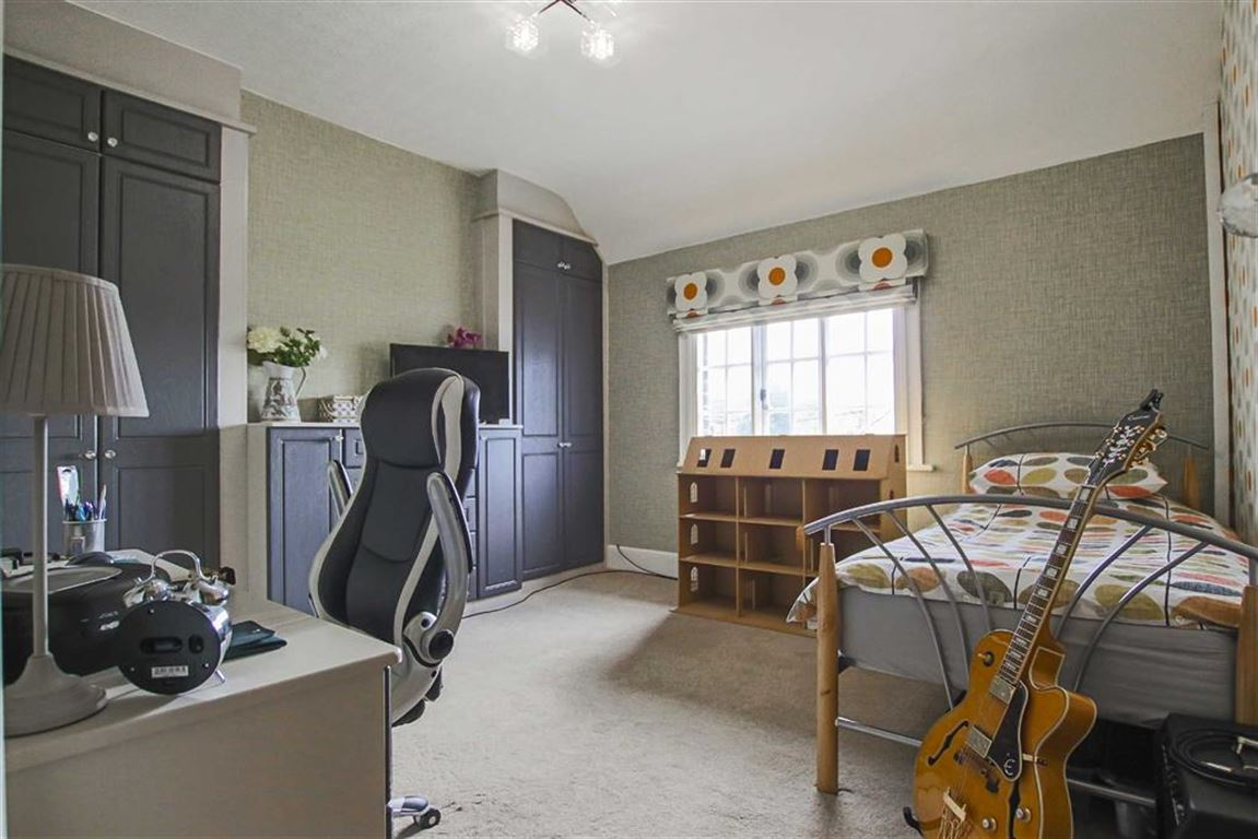 3 Bedroom Mid Terrace House For Sale - Image 9