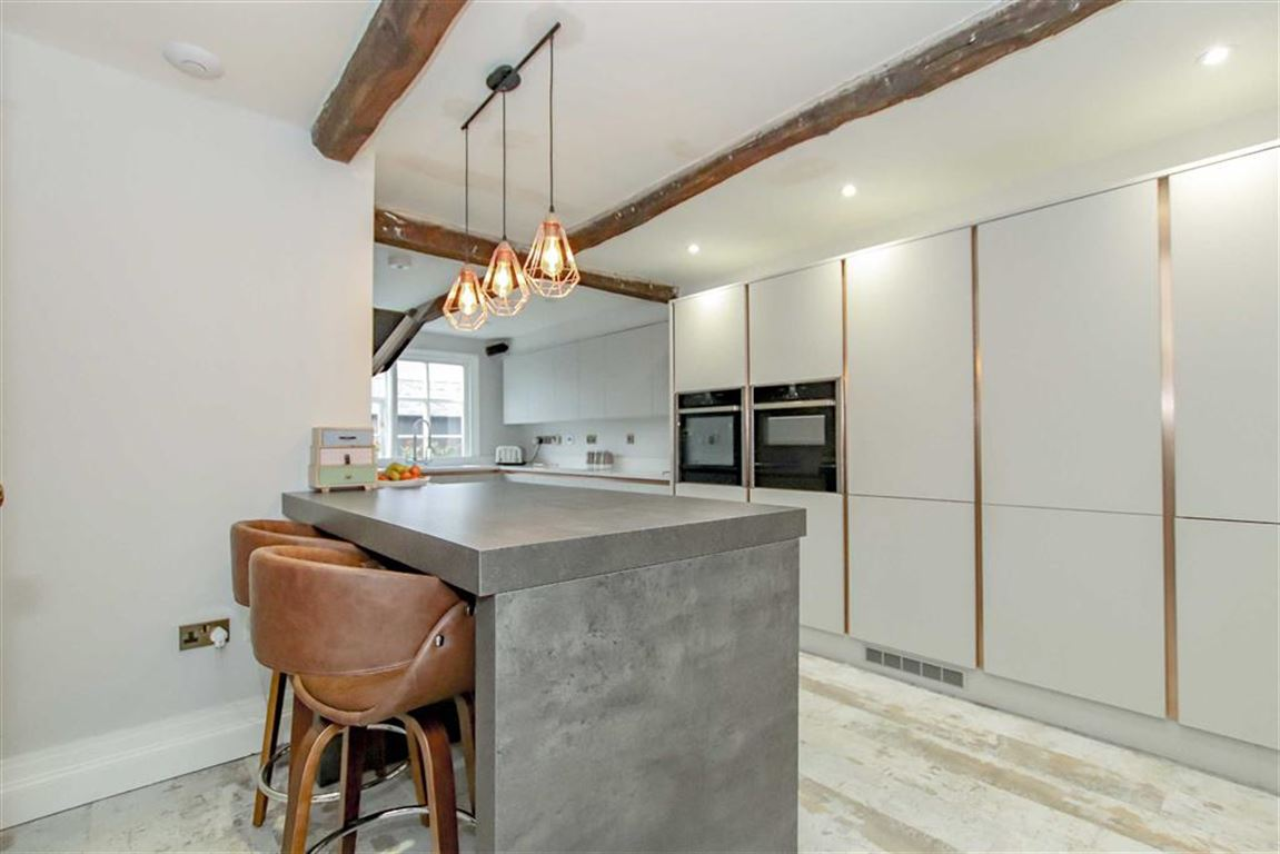 6 Bedroom Farmhouse For Sale - Image 3