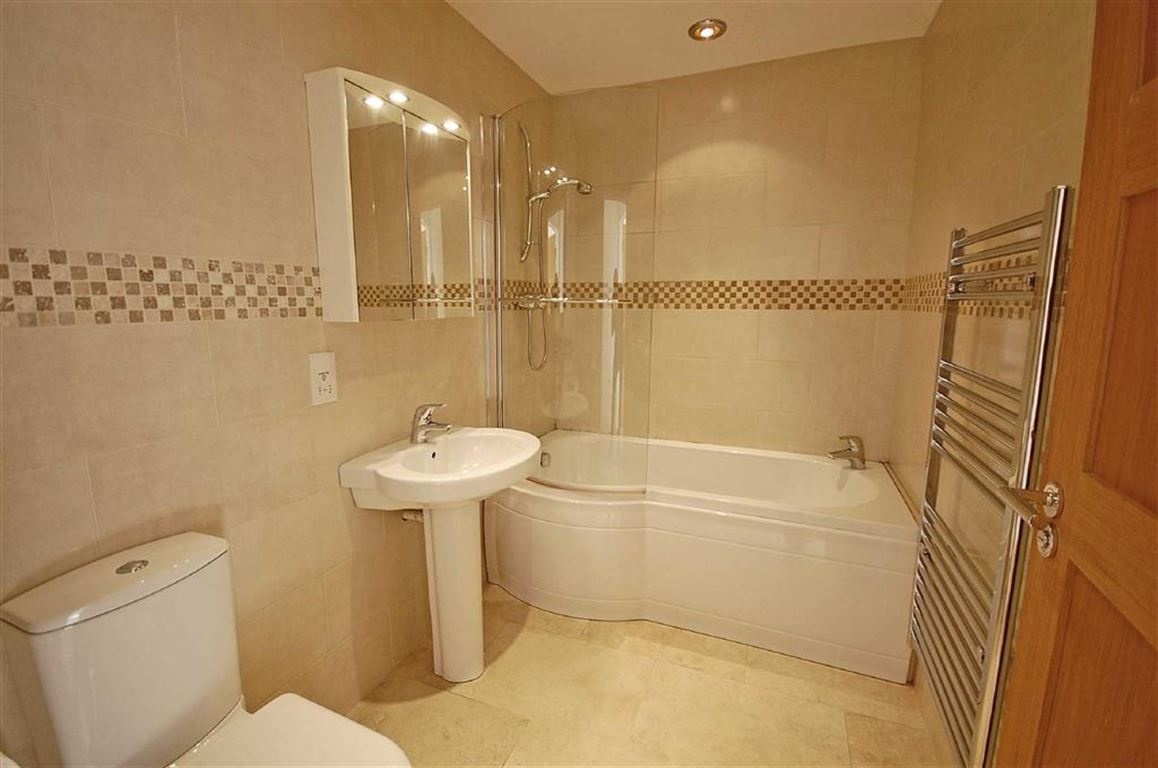 FAMILY BATHROOM 8'4 X 5'6 (2.54m X 1.68m)